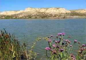 Мертвое озеро Тузкёль выглядит далеко не мертвым, а вполне живописным