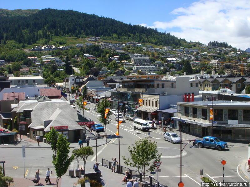 Одна из центральных улиц Квинстауна Квинстаун, Новая Зеландия