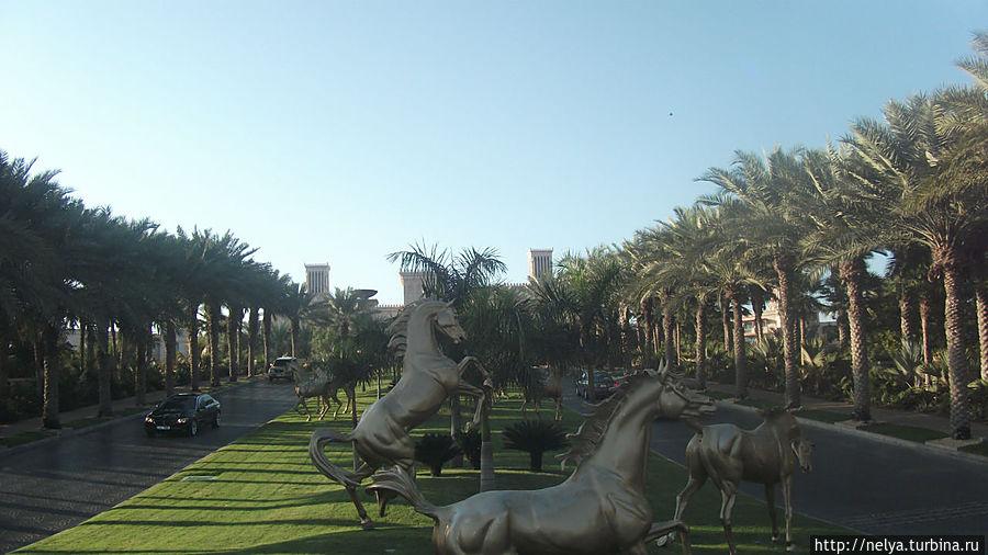 Золотые скакуны в натуральную велечину около отеля Аль- Каср