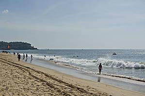 Волны, как я уже упоминал в Аравийском море (по сути дела — это Индийский океан) здесь не шуточные. Сбивают с ног, могут даже унести в море. Много подводных течений. Редко кто осмеливается уплывать от берега. И так — почти весь день... Вдоль берега довольно широкая полоса песка. Мне больше всегда нравились галечные пляжи — на них чище... *