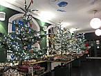 Один из залов магазина посвящён новогодней тематике. Аромат живых елей был бесподобен!