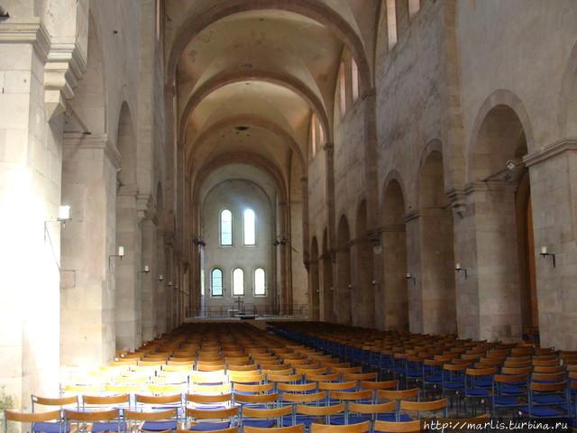 Церковный зал, где снимал