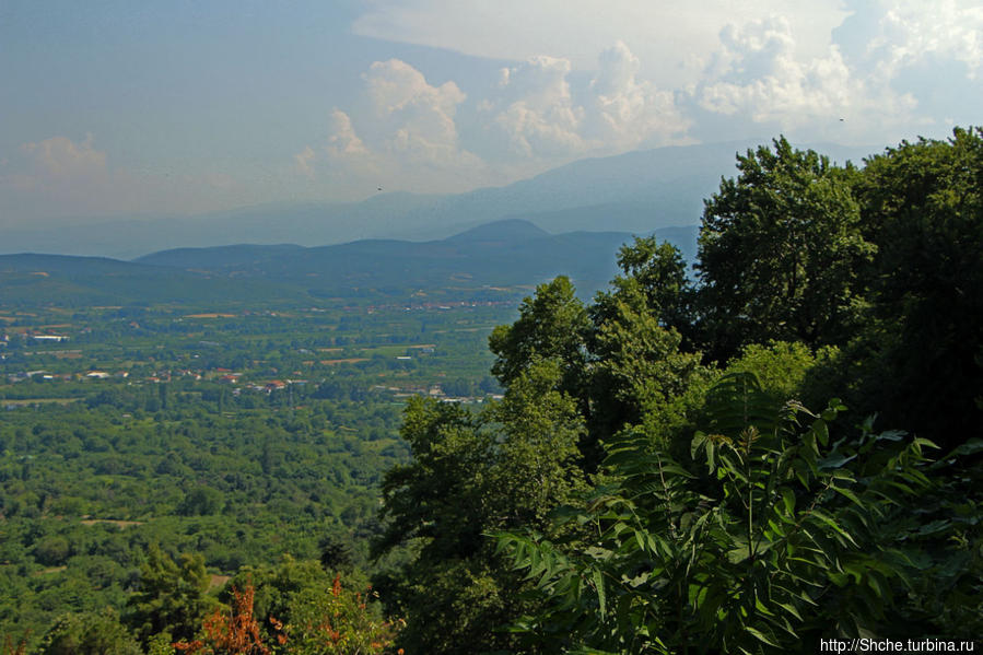 такой вид на долину перед городом Эдесса, сам город находится практически на скале