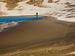 Мужчина в песках наслаждается выглянувшим из-за туч солнцем (недолго ему осталось наслаждаться).