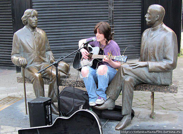 Девушка поет песни между Уайльдом и Вильде. Голуэй, Ирландия