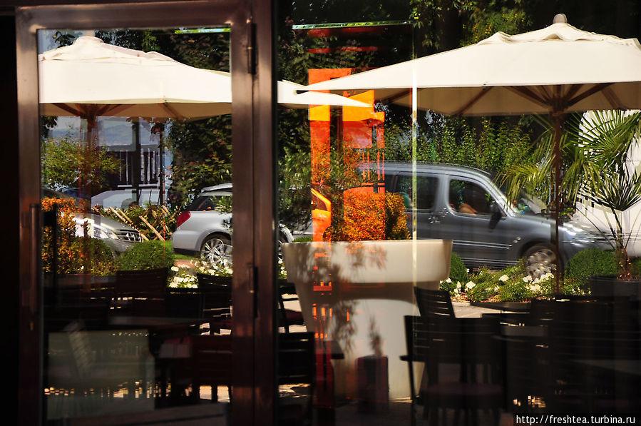 Терраса — граница 2-х миров: набережная растворяется в пространстве ресторана или ресторан выскальзывает за свои пределы...