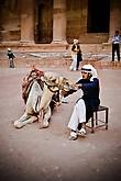 Одно из любимых развлечений, местных наездников, это аттракцион Напои верблюда. В основном верблюдам предлагают минеральную воду, в небольших пластиковых бутылках, он берет горлышко зубами, запрокидывает голову и наслаждается живительной влагой, но любимое поило верблюда — это кока-кола. Наездник вставляет в пасть верблюда открытую банку колы, верблюд зажимает ее зубами и издает звуки, по которым становится понятно, как звучит настоящий верблюжий кайф.
