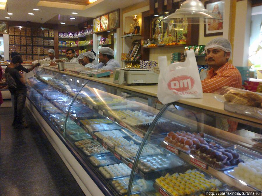На первом этаже огромный выбор индийских сладостей