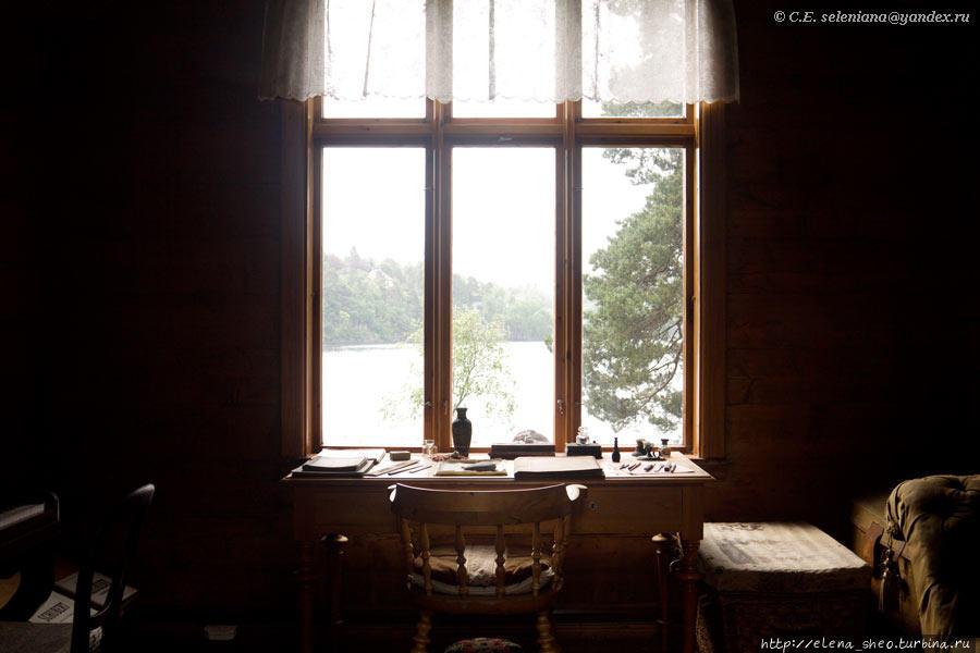 16.  Через стекло в двери, видимо, сделанное специально, можно разглядеть, что внутри. Наверно, приятно было сидеть за столом и видеть в окне море.