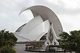 Концертный зал Аудиторио-де-Тенерифе — символ города Санта-Крус-де-Тенерифе и одна из главных достопримечательностей Канарских островов. Опера считается одним из самых значительных произведений современной архитектуры. Построена в 2003 году. Работа Сантьяго Калатравы.