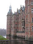 Другая сторона замка. Дворец был построен в 1560 году королём Фредериком II. Позже у него родился сын, король Кристиан IV, который был привязан к месту рождения. Он произвёл масштабную реконструкцию замка и назвал его в честь отца — Фредериксборг.