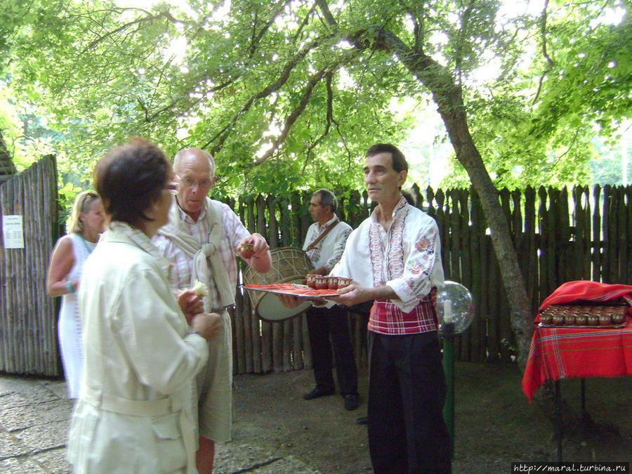 Добрые молодцы в белых рубахах с национальным орнаментом предлагали каждому гостю чарочку виноградной ракии