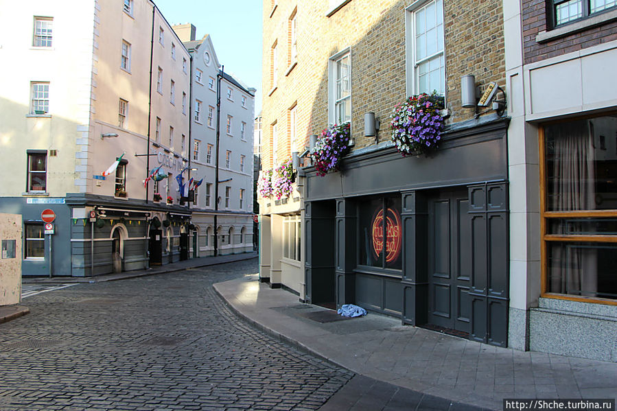 Это выход из нашего отеля. Все начинается прямо с порога... Дублин, Ирландия