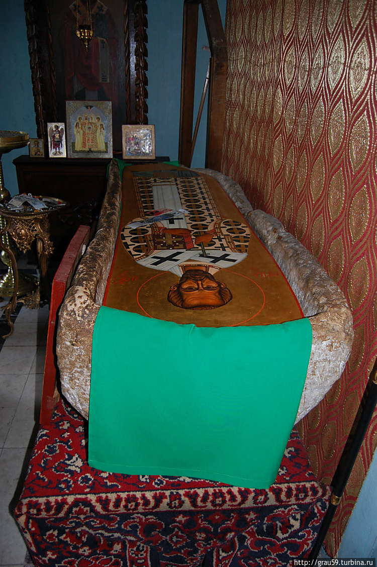 В 1886 году в земле был найден саркофаг, высеченный из цельной глыбы известняка и весящий около тонны. В этом саркофаге был погребен Иоанн Златоуст.