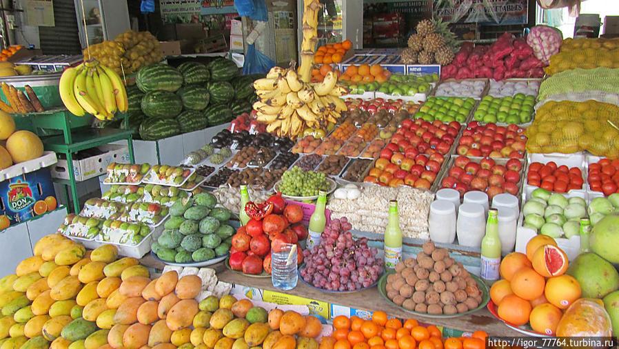 Рядом с ковровым магазином, продуктовый рынок.