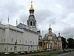 На подходах к Вологодскому Кремлю. Вообще, Кремль не выглядит как крепость, скорее по архитектуре напоминает монастырь.