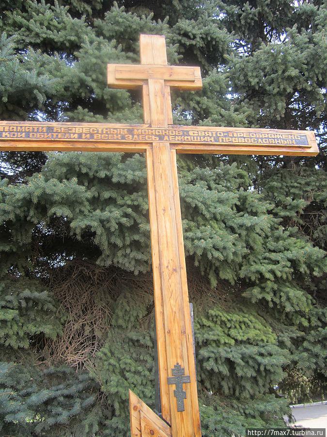 Рядом с храмом поставили крест