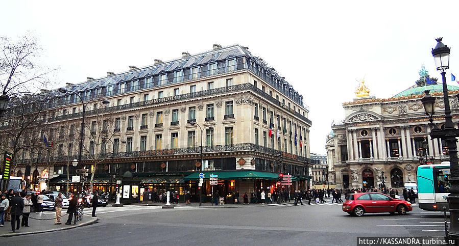 Справа дворец Гарнье. На площади перед оперой планируется установить памятник Сергею Дягилеву.