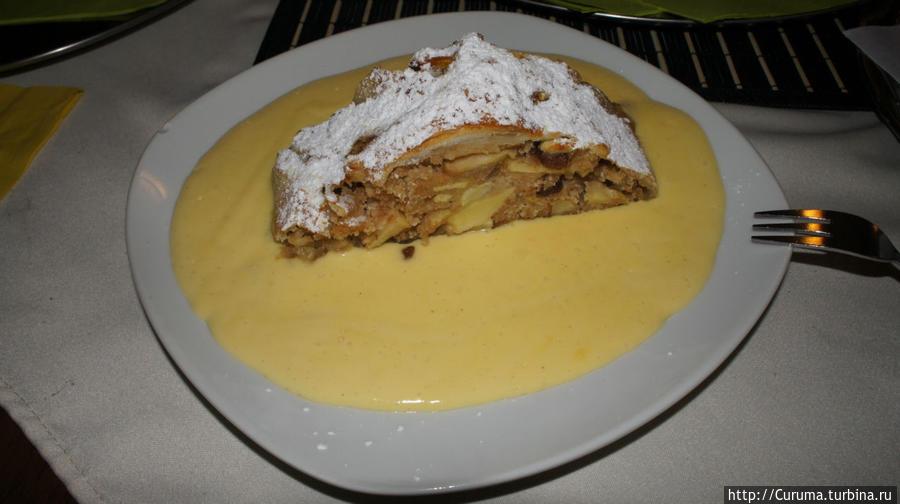 Апфельштрудель с ванильным соусом в кафе-ресторане GRAV, Вена.