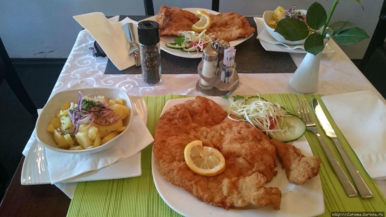 Шницель и картофельный салат в кафе GRAV, Вена.