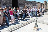 В центре бронзовая статуя танцующего фавна.