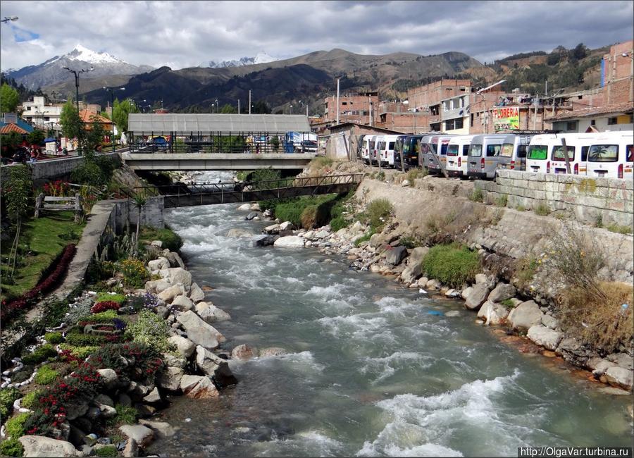 Через город протекает речка Rio Quilcay Уарас, Перу