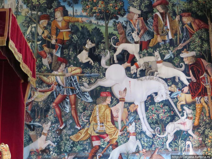 Единорог  Святой поднялся, обронив куски Молитв, разбившихся о созерцанье: К нему шел вырвавшийся из преданья Белесый зверь с глазами, как у лани Украденной, и полными тоски.  В непринужденном равновесье ног Мерцала белизна слоновой кости И белый блеск, скользя, по шерсти тек, А на зверином лбу, как на помосте, Сиял, как башня в лунном свете, рог И с каждым шагом выпрямлялся в росте.  Пасть с серовато-розовым пушком Слегка подсвечивалась белизной Зубов, обозначавшихся все резче, И ноздри жадно впитывали зной, Но взгляда не задерживали вещи: Он образы метал кругом, Замкнув весь цикл преданий голубой.  Райнер Мария Рильке