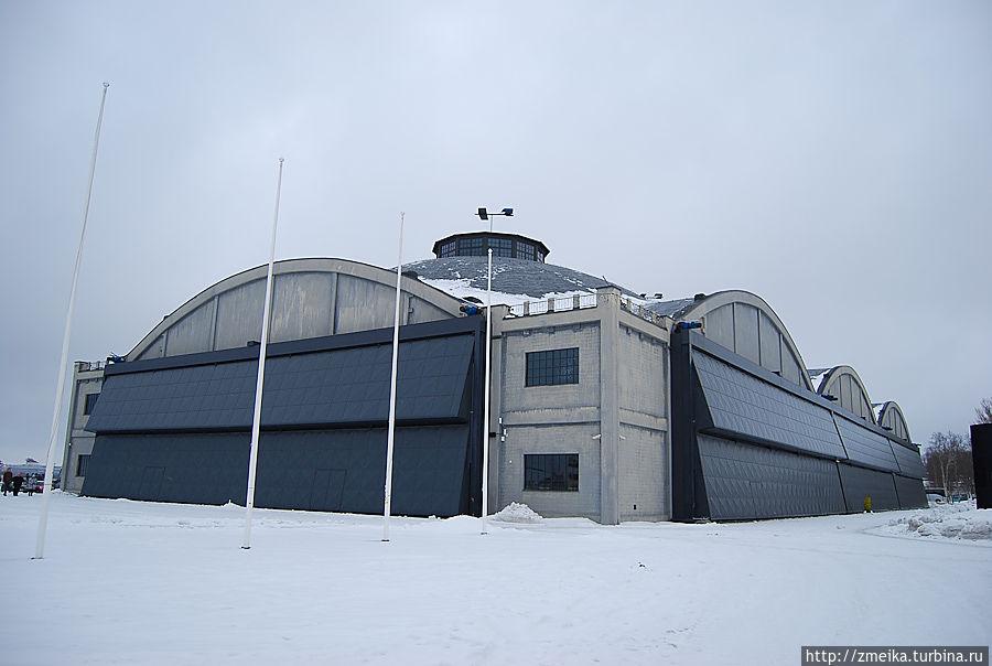 Изначально ангары Леннусадам представляли собой часть Морской крепости Петра Великого, и были построены в 1916-1917 гг. Данные ангары являются первой в мире конструкцией, каркас и купола которой выполнены из железобетона.