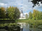 Возле церкви располагается живописный пруд.