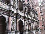 Главное крыло замка, Королевское, украшает роскошная мраморная галерея со статуями — Большая галерея. Во время посещения музея вы побываете и на ней самой.