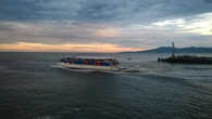 Кораблик с туристами выходит в море