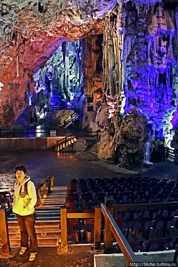 Диковинные сталактиты и причудливые сталагмиты св. Михаила Аппэ Рок Природный Парк, Гибралтар