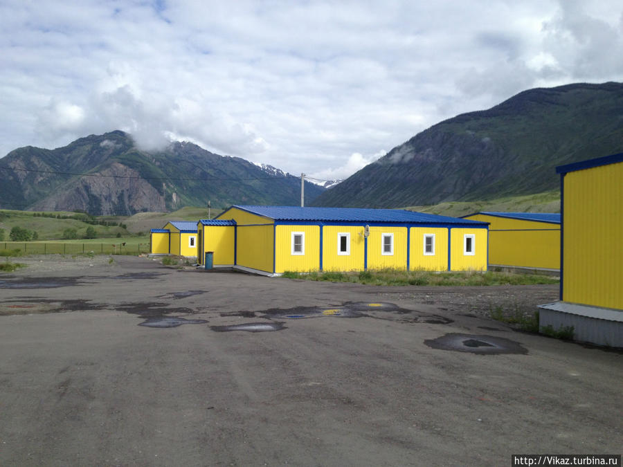 Вид снаружи. Яркий желтый цвет зданий не позволит пропустить гостиницу