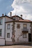 С самого начала город впечатления не производил, уж очень много обветшавших, кое-как отремонтированных домов. Например вот таких.