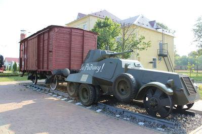 Теплушка 1930-х годов и бронеавтомобиль БА-11.