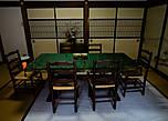 Соседняя комната, в которой распивала и любовалась компания из многих человек. Рядом со столом можно заметить традиционный японский агрегат для обогрева помещений. Очень часто они бывают керосиновые, и за топливом для них нужно ездить на заправку. Страна высоких технологий, ага :) Греет хорошо, но через пару часов кислород в комнате кончается, и нужно открывать окно. А потом начинать греть заново.