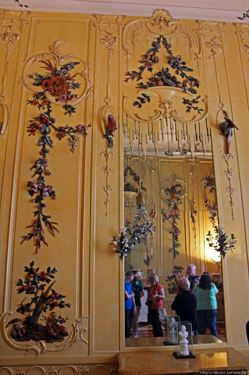 последний зал с цветочными лепнинами...