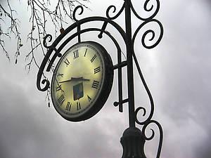 Часы с гербом в центре города