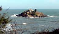 Островок с храмом Хон Ба