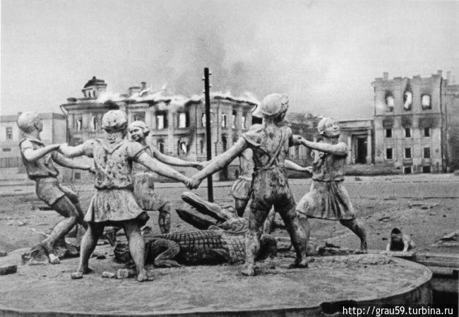 Фотография фонтана от 23 августа 1943 года (из интернета)