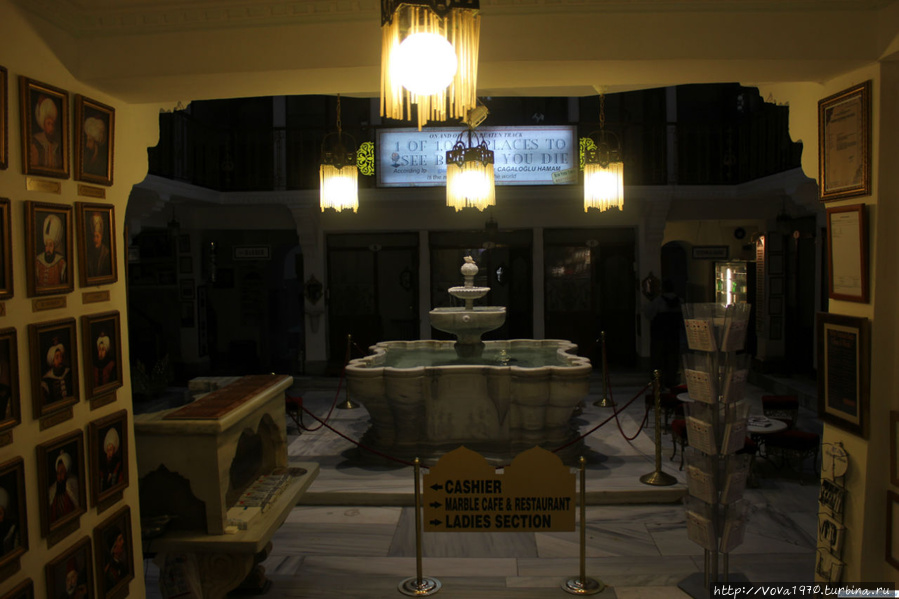 Вид на зал с фонтаном.