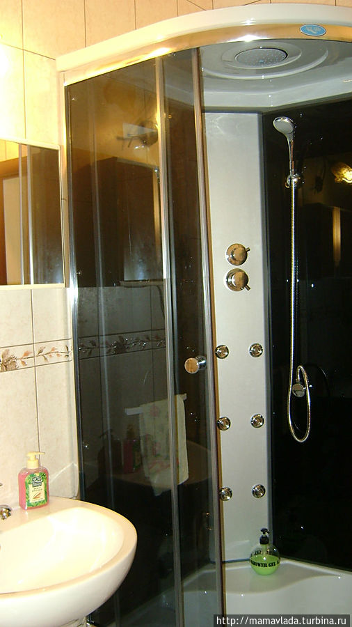 Душевая кабина. В квартире вода горячая есть постоянно. Полотенца есть.