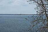 С крутого обрыва открывается восхитительный вид на Чухломское озеро и находящийся вдали Авраамиев Городецкий монастырь