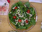 Салат из беби-шпината с черри томатами и миндалем.
