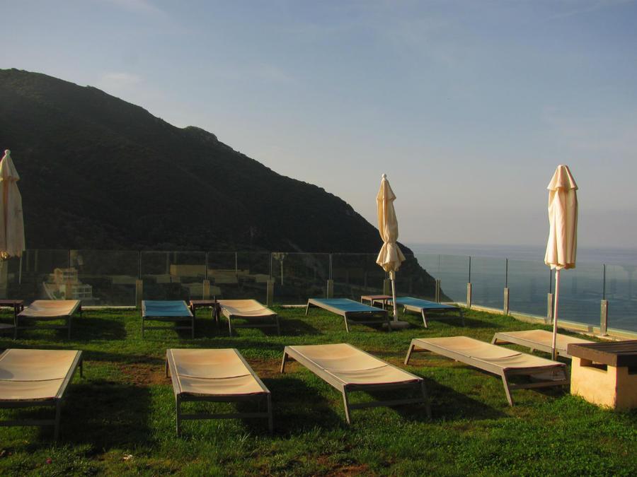 зона для солнечных ванн возле бассейна