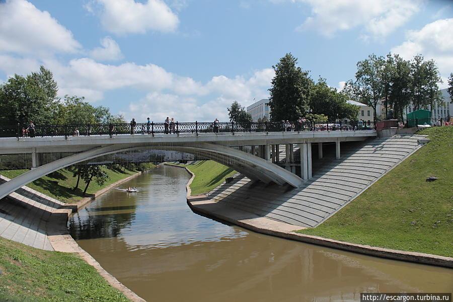 А вот Витьба и вид на мост Пушкина — мелкая, не то что весной..