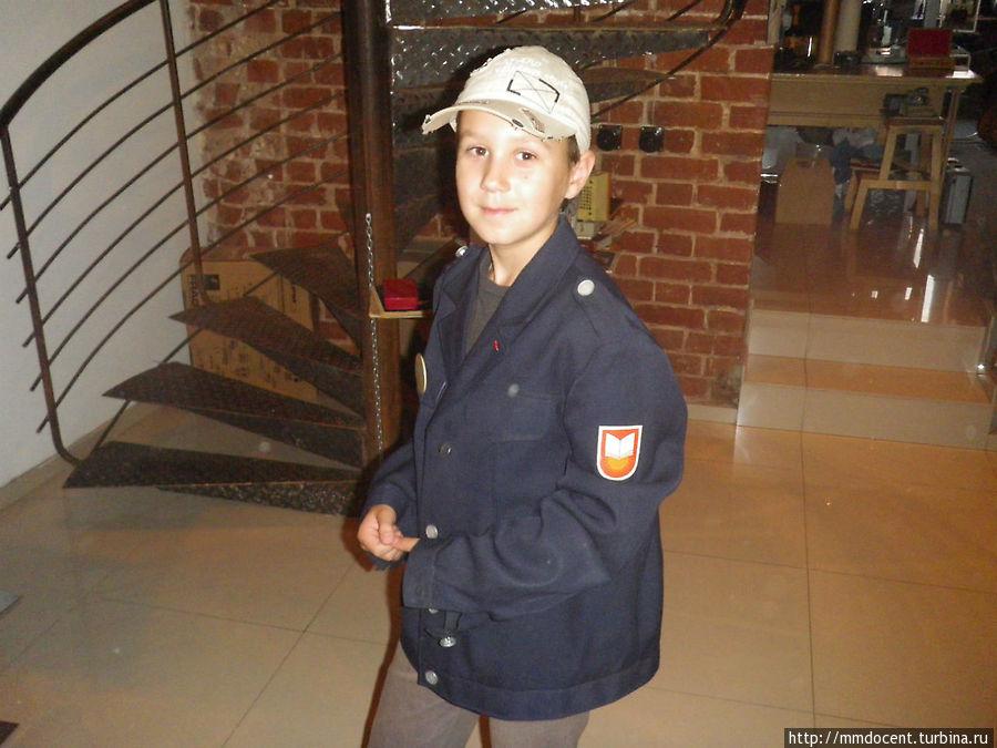 Где еще современный ребенок оценит качество советской  школьной формы...