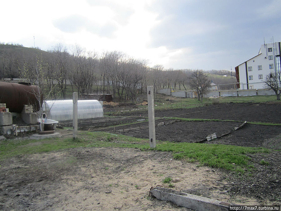 Послушницами разбит огород.