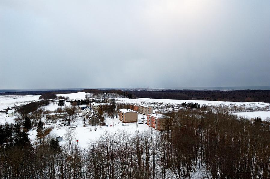 Вид на заснеженный поселок Синимяэ