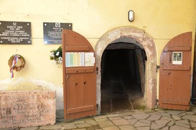 вход в средневековые штольни в самом центре города